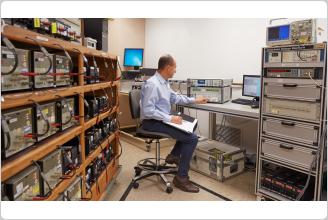 校正基準研究室内の Fluke 8588A リファレンス・マルチメーター