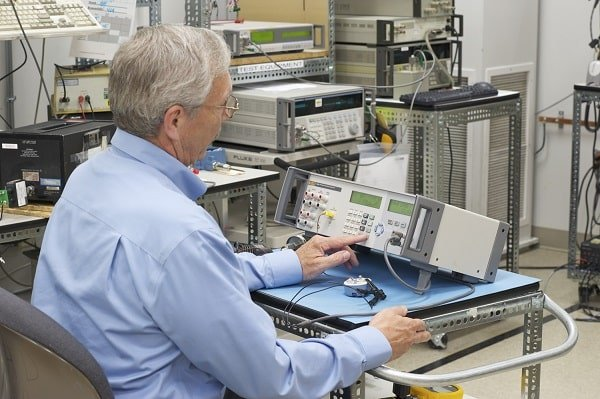 Engineer Using the Fluke 7526A Calibrator Equipment for Intermediate Checks per ISO 17025